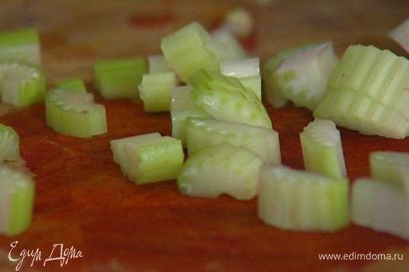 Сельдерей, лук и чеснок крупно порубить.