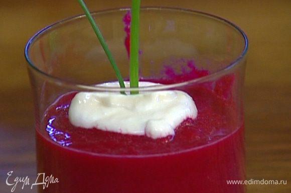 Выложить суп в красивые стаканы, а сверху — по одной столовой ложке хрена с йогуртом, воткнуть в каждый стакан по два пера шнитт-лука.