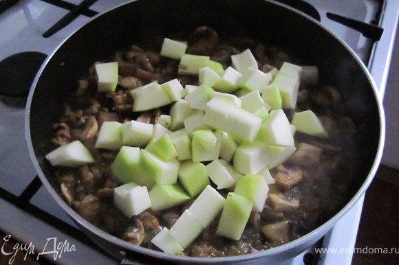 Кабачок порезать и добавить к грибам. Закрыть крышкой и потушить до мягкости кабачка минут 10.