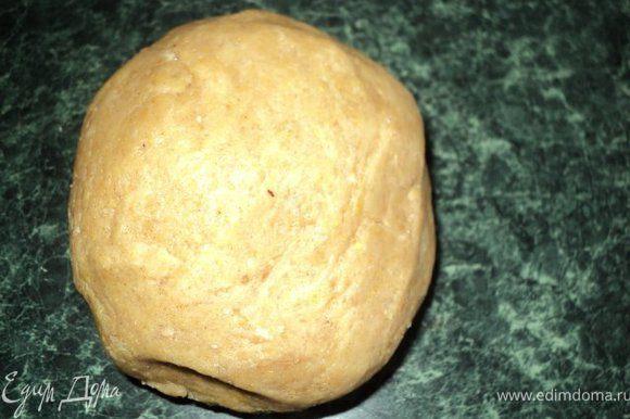 быстро замесить тесто, завернуть его в пищевую пленку и положить в холодильник на 20мин.
