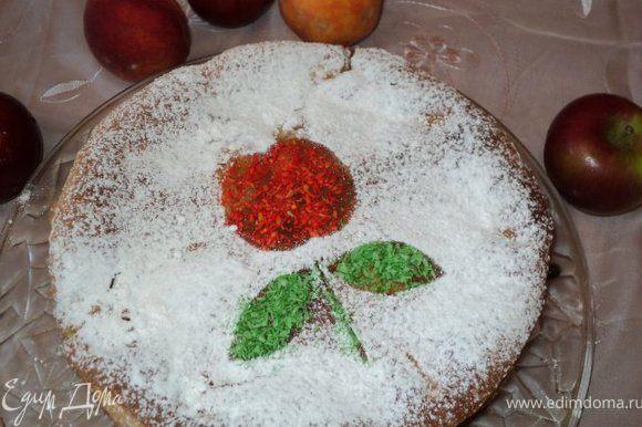 Пирог охладить, вынуть из формы, снять бумагу для выпечки. Посыпать сахарной пудрой и кокосовой стружкой.