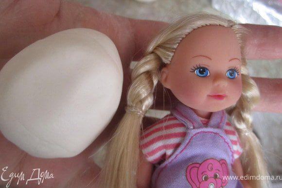 Для того чтобы сделать лицо для куколки, я использую самодельный молд))) делается он просто. Для это нужно небольшой кусочек желатиновой мастики и маленькая кукла.