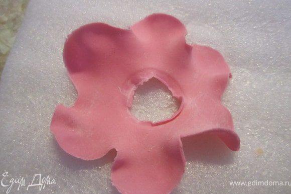 Сделать цветок с дырочкой, немного смочить края. Продеть его на туловище.