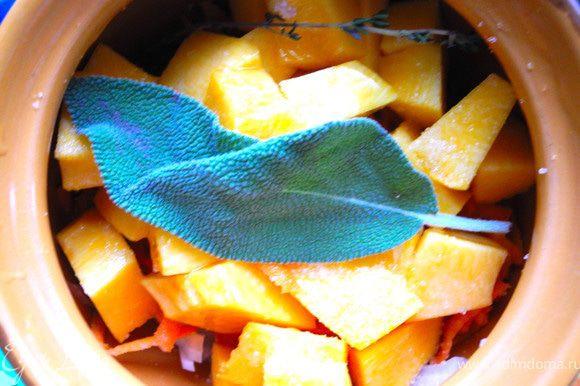 Укладываем в горшочек слоями: рыба фенхель лук морковь тыква. Рыбу и тыкву чуть присолить. Сверху полить оливковым маслом и положить кусочек шалфея. Поставить горшочек в холодную духовку, нагреть ее до 200 градусов и запекать после этого 15 минут.