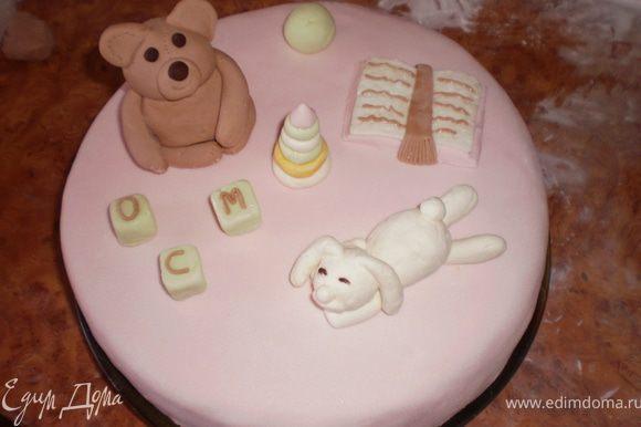 Я делала мастичные украшения на детскую тематику: мишка, собачка, кубики, мячик, пирамидка и книжка. Украсила ими торт.
