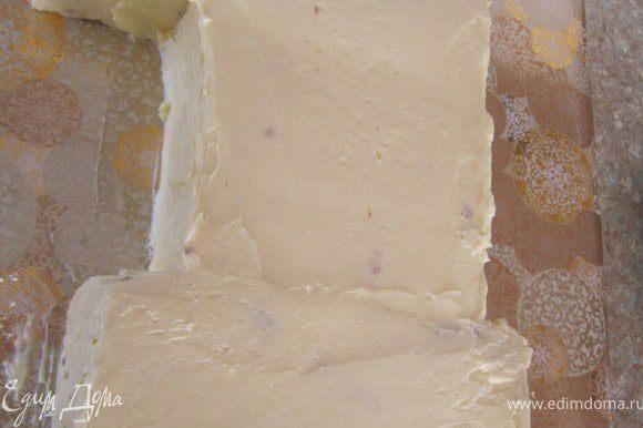Торт покрыть масляным кремом в 2-3 этапа. Первый черновой.