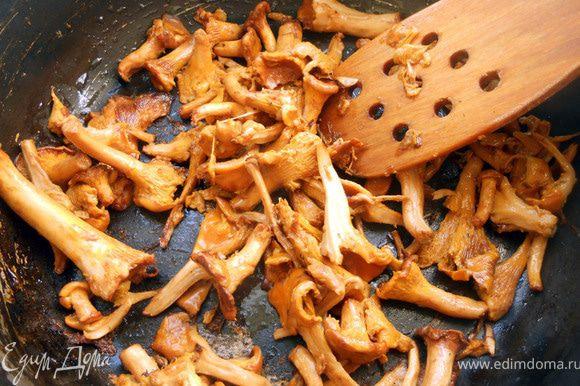 Лисички промыть, обсушить и обжарить на сухой сковороде на сильном огне 5-6 минут. Слить лишнюю жидкость, продолжать готовить, с добавлением масла, несколько минут. Отложить.