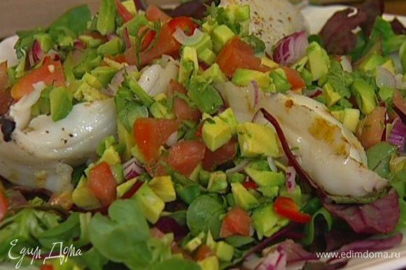 Сверху разложить оставшиеся порубленные овощи, еще раз слегка посолить и поперчить, сбрызнуть оставшимся оливковым маслом и лимонным соком.