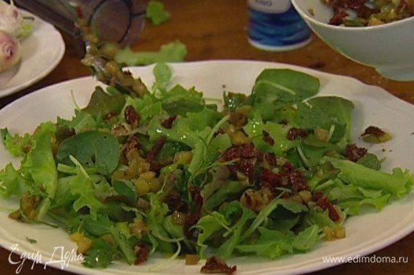 Выложить на тарелку салатный микс, посолить и поперчить, сбрызнуть оставшимся оливковым маслом и лимонным соком.