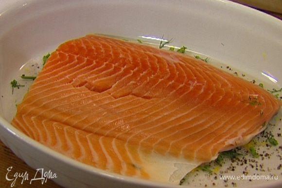 Третью этой смеси присыпать дно посуды, где вы будете мариновать семгу, и уложить рыбу на сухой маринад кожей вниз.