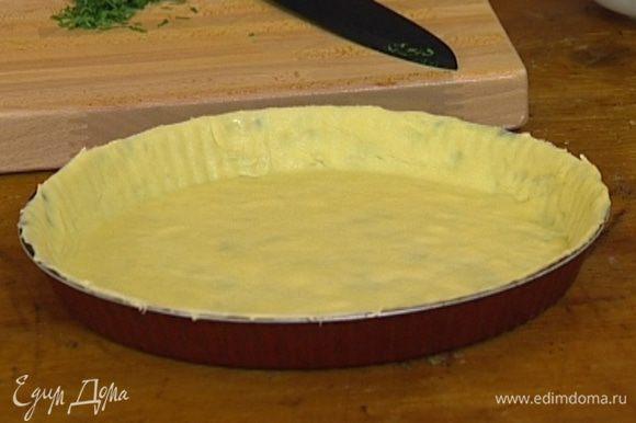 Охлажденное тесто раскатать, выложить в смазанную сливочным маслом форму для запекания, проткнуть вилкой в нескольких местах и застелить бумагой для выпечки.