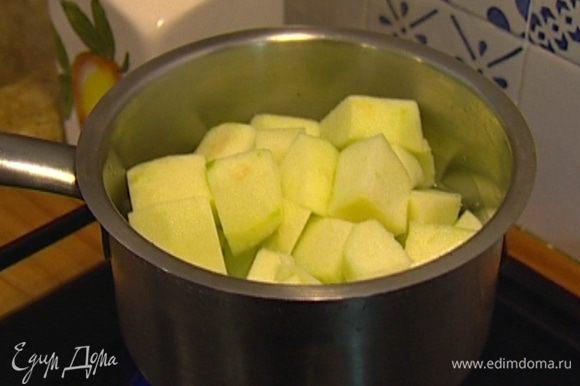 Зеленые яблоки почистить, нарезать кубиками и уложить в небольшую кастрюлю, затем влить 1/2 стакана воды и поставить на огонь.