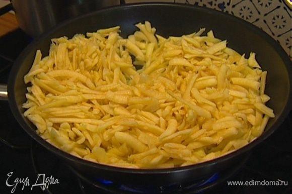 Растопить в сковороде 1 ч. ложку сливочного масла и, перемешивая, обжаривать натертые яблоки, чтобы они слегка закарамелизировались.