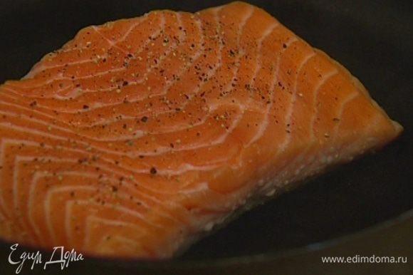 Когда рыба слегка посветлеет, отправить сковороду на 5–7 минут в разогретую духовку.