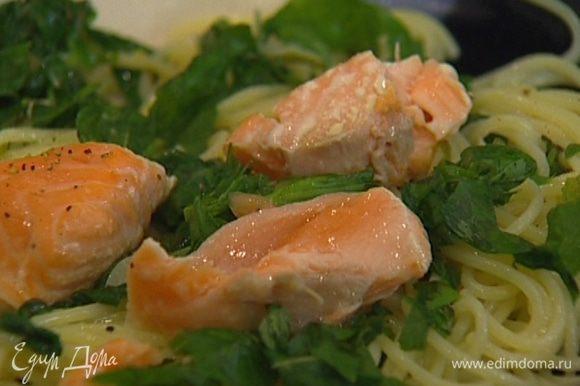 Выложить на тарелку, присыпать листьями базилика, сверху выложить кусочки рыбы.