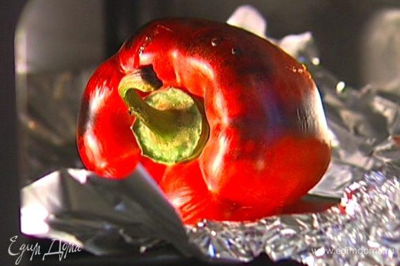 Сладкий перец запечь в разогретой духовке, затем на несколько минут отправить в небольшую кастрюлю, плотно накрыв крышкой. Снять кожицу, освободить от плодоножки и семян.