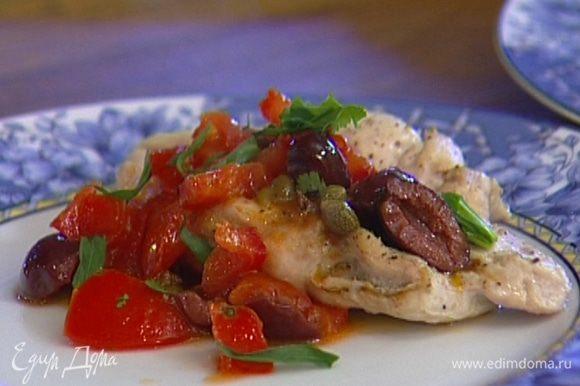 Выложить грудки на тарелку, полить сверху соусом и присыпать листьями тархуна.