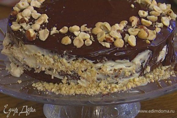 Фундук слегка измельчить в ступке и посыпать торт со всех сторон.