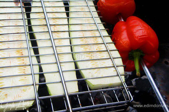 На шампур нанизываем перец и помидор целиком, кабачок режим пластами и выкладываем на решетку. Помещаем на угли и запекаем в течении 15-20 минут.
