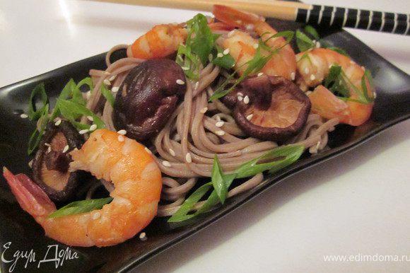 Выложить лапшу на тарелку. Посыпать зеленым луком и кунжутом. Приятного аппетита!