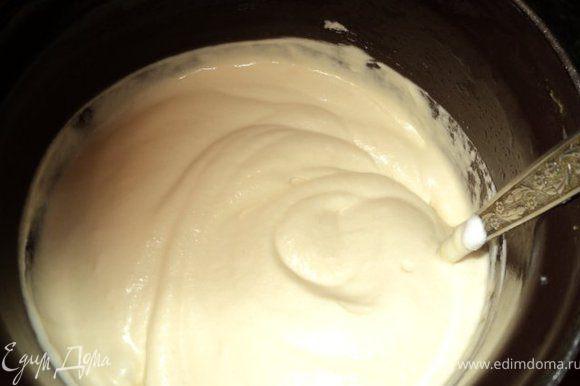 Творожный крем взбить с яичным кремом, добавить коньяк, а затем постепенно ввести взбитые сливки и продолжить взбивание 5 мин до увеличения массы. Белки взбить со щепоткой соли в крутую пену, добавить ванильный сахар. Аккуратно ввести белки в сливочно-творожную массу.