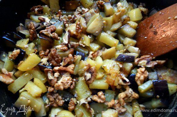 Добавить грецкие орехи (можно немного измельчить).