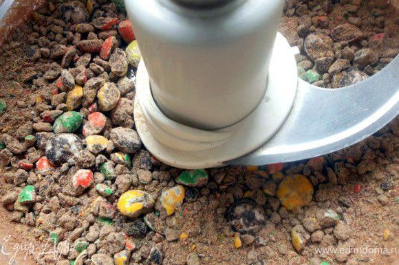 Шоколадное драже измельчить в комбайне ***не легкая задача, кстати!:)***, так, чтобы остались крупные кусочки.