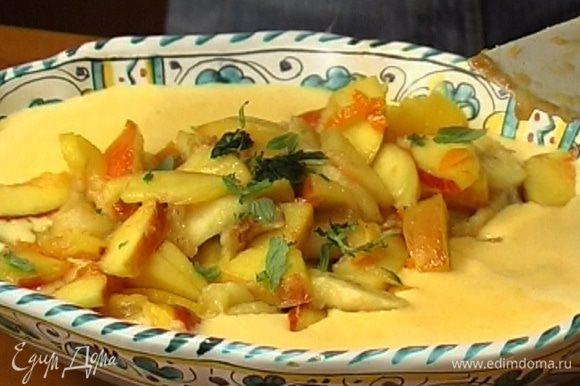 Закарамелизированные фрукты выложить в крем. Мяту порвать руками и посыпать десерт.