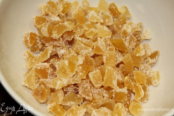 Порезать мелкими кусочками засахаренный имбирь (для легкости резки рекомендую периодически погружать нож в горячую воду, для того чтобы не прилипало).