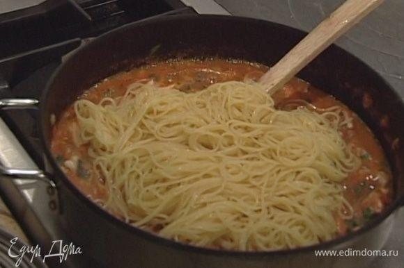 Спагетти отварить в подсоленной воде и откинуть на дуршлаг, затем выложить в сковороду к соусу и все перемешать.