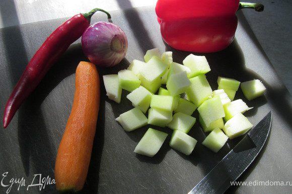 Цуккини порезать кубиком, морковь, лук и перец соломкой.