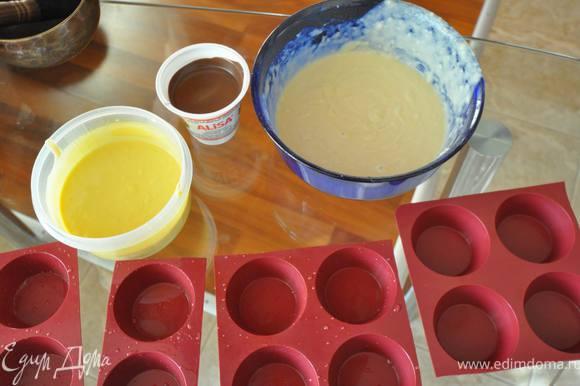 тесто разделить на 2 части. В одну - добавить что-нибудь: сок свеклы, куркуму, какао, я добавляю готовый пищевой краситель