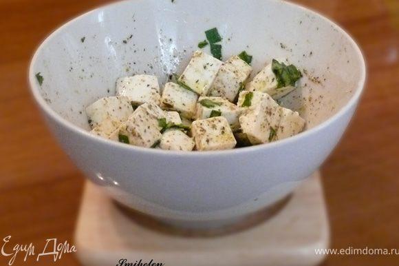 Первым делом готовим маринад для сыра. Нарезаем фету на кубики, засыпаем сверху пряностью хмели-сенели (можно пряность для салата или сушеный базилик) и мелко нарезаем свежий базилик. Пару листочков оставить для украшение. Заливаем оливковым маслом extra-virgin. Аккуратно, чтобы не повредить кубики перемешиваем и отставляем в сторону.