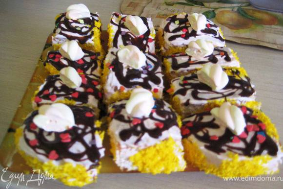 Отделить желтки от белков,и взбить их со стаканом сахара,добавить соль, муку и аккуратно ввести заранее взбитые белки.Добавить соду,гашёную уксусом и испечь бисквит. Разделить его на 2 коржа и порезать на квадратики. Смазать пироженые любым кремом,и украсить по желанию!!!