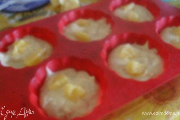 Тесто разложить в формочки, сверху уложить кусочки ананаса.Выпекать маффины при 200*С около 20 минут.