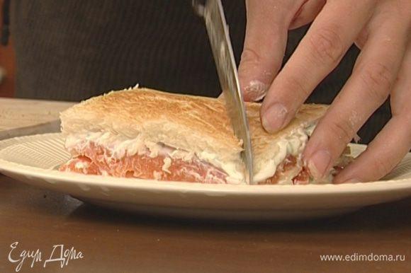 Сложить по 2 куска хлеба друг на друга начинкой внутрь. На 1–2 минуты отправить сэндвичи на сковородку или под гриль, чтобы они еще немного прогрелись.