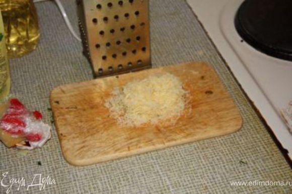Трем сыр и масло на мелкой терке.