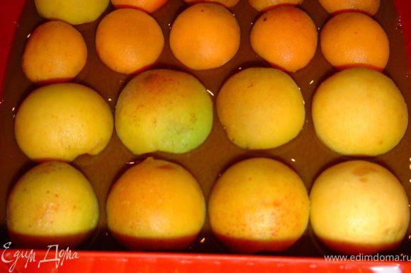 Половинки абрикос кладем на кофейный слой, заливаем абрикосовым пюре и последний раз отправляем в холодильник.