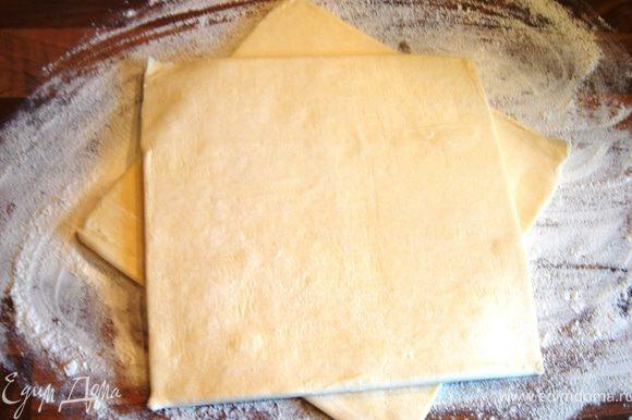 Признаюсь,я побоялась,что рис не дойдёт до готовности,и отварила его до полуготовности.Листы слоёного теста сложить вместе и раскатать в круг,в 1,5 раза больший,чем форма для запекания(у меня d=26 см).
