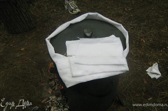 Дать закипеть и накрыть крышкой, обмотав ее полотенцем. На большом огне дать прокипеть плову 5 минут. За это время рис должен быстро впитать основную часть воды, далее он будет «томиться».