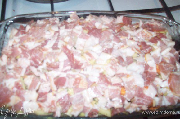 тонкими ломтиками режем бекон и укладываем его поверх картошки. очень плотно (что бы картошки не было видно) и отправляем в духовку при температуре 200-220 градусов примерно на 40 минут