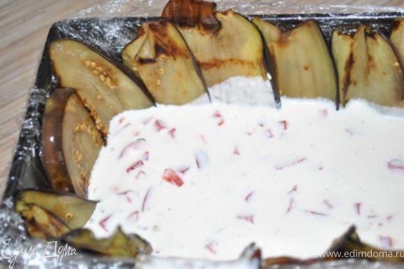 Творожно-желейную массу разделить на 3 части. В одну добавить перец и вылить в подготовленную форму. Поставить в холодильник, чтобы застыло.