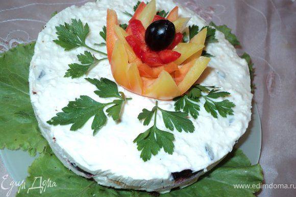 Украсить цветами из перца, зеленью петрушки и маслинами или украсить по Вашему желанию.