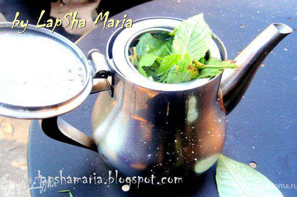 Кстати, чай у нас был тоже необычный. Мы в него добавили листочки черной смородины и малины, которые сорвали в огороде. Я и представить себе не могла какой ароматный и вкусный чай с ними получается!