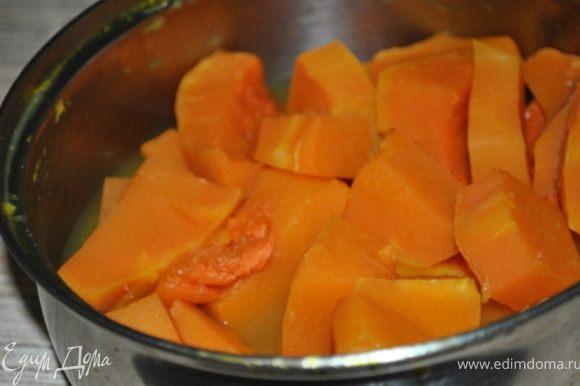 Тыкву порезать кубиками и отварить в апельсиновом соке с добавлением бадьяна до мягкости.