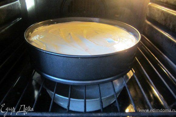 Духовка разогрета до 180 градусов. Поставить запеканку, выпекать 50-60 минут, в зависимости от размера. У меня получилась высокая запеканка, выпекала ее 60 минут. Если запеканка начнет сверху сильно темнеть, форму нужно накрыть сверху пергаментной бумагой. На дно духовки, так же , нужно поставить любую посудину с водой.