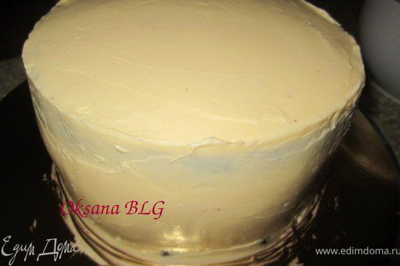 Масляным кремом ярусы, лучше покрывать в два слоя, тогда они будут ровные.