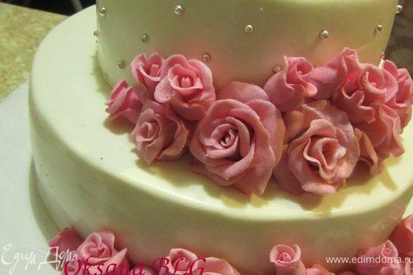 На айсинг выложить розы на торт.