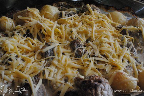 Когда пройдет 40 минут рыбку вынуть из духовки, посыпать сыром и еще поставить в духовку на 25 минут.