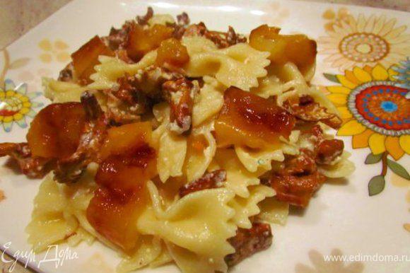На тарелки выложить пасту с грибами. Сверху украсить печеным перцем. Приятного аппетита.